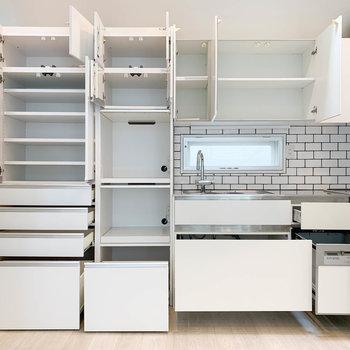 【2階】圧巻の収納力。棚の真ん中あたりには、電子レンジやオーブンなども置けます。※写真は前回募集時のものです