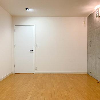 【地下1階】窓側から見ると。正面の扉が階段へ続きます。※写真は前回募集時のものです