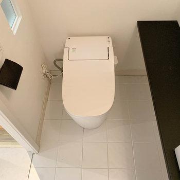 タンクレスのトイレです。洗面台横もちょっとした棚になっています。※写真は前回募集時のものです