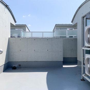 【屋上】反対側を向いて見ました。壁が高いので、視線も気にならないですね。※写真は前回募集時のものです