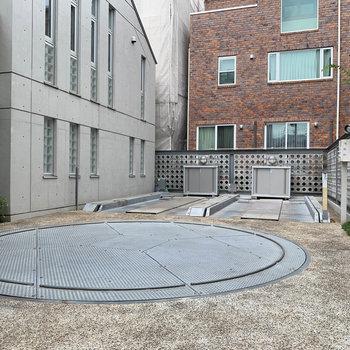 敷地内に機械式の駐車場。