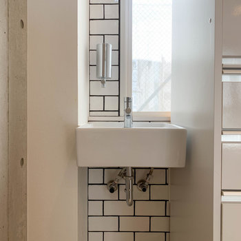 【2階】冷蔵庫置き場の向かいに、さりげなく手洗い場もあります。※写真は前回募集時のものです
