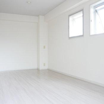 真っ白な洋室。 ここがコックピットとなるのでしょうか。