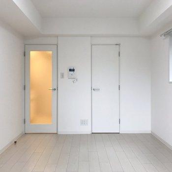 右にも窓が。ぽっと明るくなります。※写真は地下1階の同間取り別部屋のものです