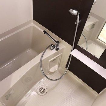お風呂場はダークブラウンで大人っぽく※写真は地下1階の同間取り別部屋のものです