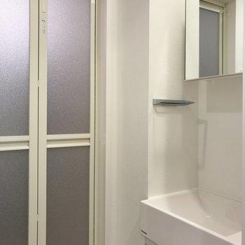 洗面台の真正面がトイレ※写真は地下1階の同間取り別部屋のものです
