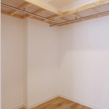 【洋室】L字型のウォークインクローゼットで収納力抜群です。※写真は前回募集時のものです。
