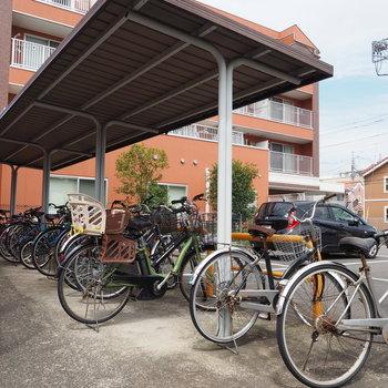 駐輪場には屋根付き、嬉しい!※写真は前回募集時のものです。