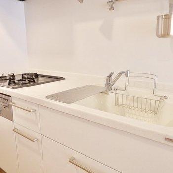 TOMOSオリジナルのキッチン。グリル付き3口ガスコンロで贅沢◎※写真は前回募集時のものです。