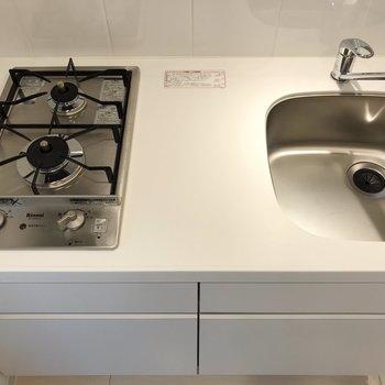 システムキッチンは掃除しやすいのがグッドポイントです※写真は地下1階の同間取り別部屋のものです