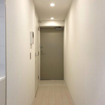 スーッと伸びた先は玄関※写真は地下1階の反転間取り別部屋のものです