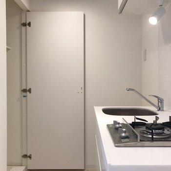 キッチン奥に洗濯機と冷蔵庫を置きます※写真は地下1階の反転間取り別部屋のものです