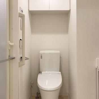 嬉しい温水洗浄便座です!※写真は地下1階の反転間取り別部屋のものです
