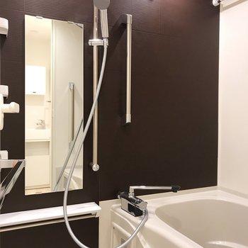 お風呂はブラウンで大人っぽくきました※写真は地下1階の反転間取り別部屋のものです