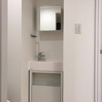正方形の小柄な鏡※写真は地下1階の反転間取り別部屋のものです