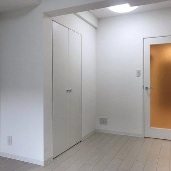 お部屋の角にクローゼットが!※写真は地下1階の反転間取り別部屋のものです
