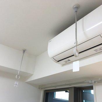 物干し竿をここで掛けて室内干しできます。これは取り外しも可能。※写真は地下1階の同間取り別部屋のものです