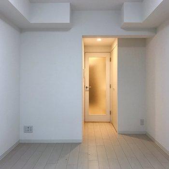 真っ白な空間に。※写真は地下1階の同間取り別部屋のものです