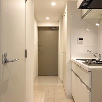 廊下の途中にキッチンあり!※写真は地下1階の同間取り別部屋のものです