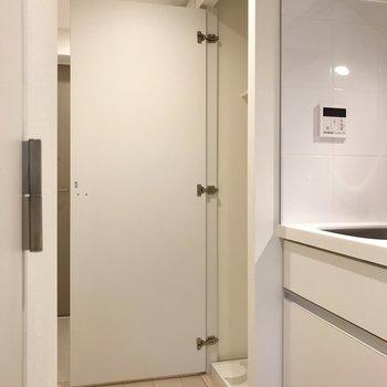 洗濯機はドアで隠すことができるんです※写真は地下1階の同間取り別部屋のものです