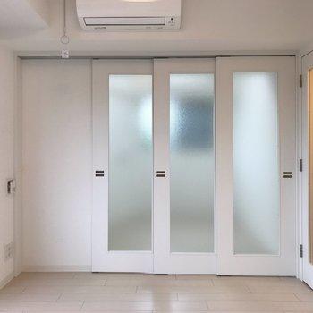 【LDK】向こう側のお部屋の様子もわかるスモーク素材※写真は1階の同間取り別部屋のものです