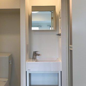 正方形の鏡ってかわいいな※写真は1階の同間取り別部屋のものです