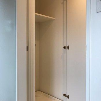 使わないときは洗濯機を扉で隠すこともできます※写真は1階の同間取り別部屋のものです