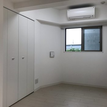 【洋室】こちらは小さなお部屋。寝室にしてもいいですね※写真は1階の同間取り別部屋のものです