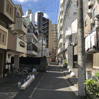 マンション前の通りは小道なので、そこまで人通りは多くなさそう。