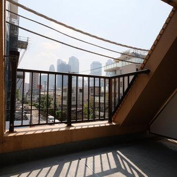 お気に入りの椅子を出して、日向ぼっこ・・・奥には新宿のビル群が見えています!※写真は前回募集時のもの
