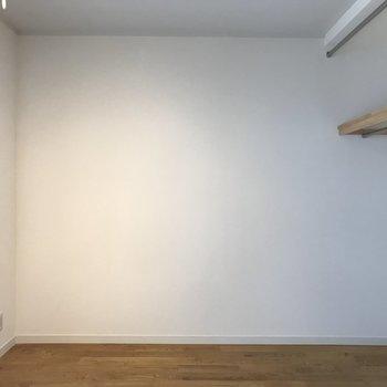 オープンクローゼットなので、家具配置に扉が干渉しませんよ。