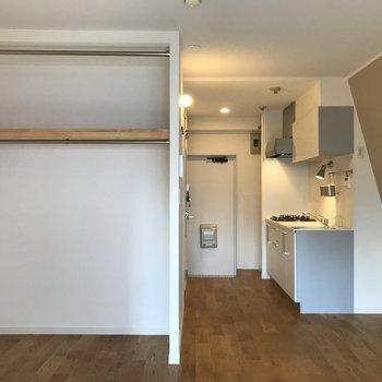 ベランダ側から。玄関側にキッチンがありますよ。