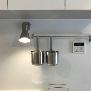 カトラリーのフックや、自動お湯貼りのボタンもあります。