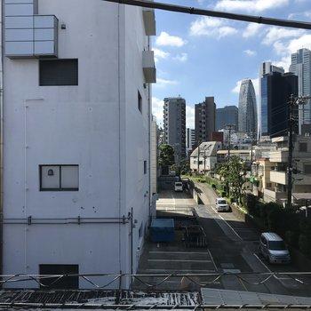 眺望は道路挟んで向かいの建物。