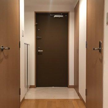 玄関はゆとりがあります※写真は7階の反転間取り別部屋のものです