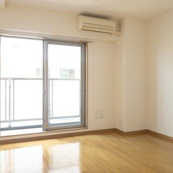 北向きで直射日光は避けられます※写真は7階の反転間取り別部屋のものです