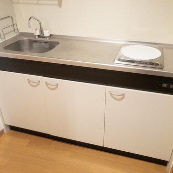 一口IHですが、調理スペースは広く使えます※写真は7階の反転間取り別部屋のものです