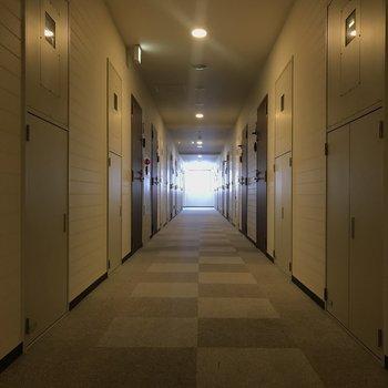 【共用部】静かで長い廊下です