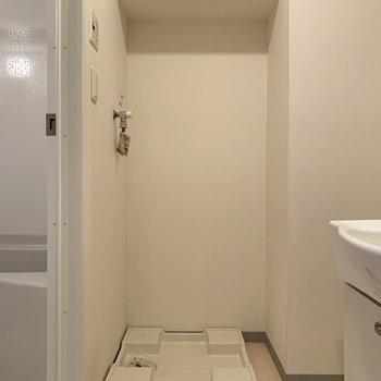 洗濯機は洗面台の左側に。