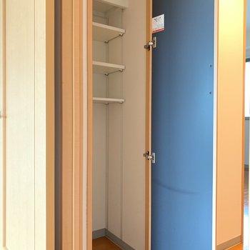 廊下には細長い収納スペースが。