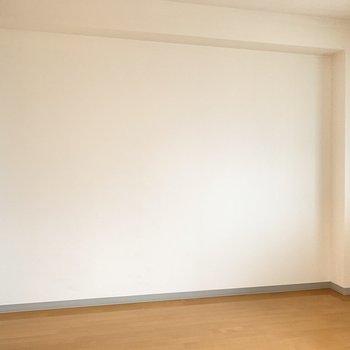 【洋室】ベッドは壁側に寄せて置こうかな。