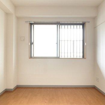 【洋室】寝室にもってこいの約6帖のお部屋。