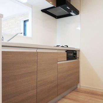 キッチンの後ろに冷蔵庫置けます。※写真は9階の同間取り別部屋のものです