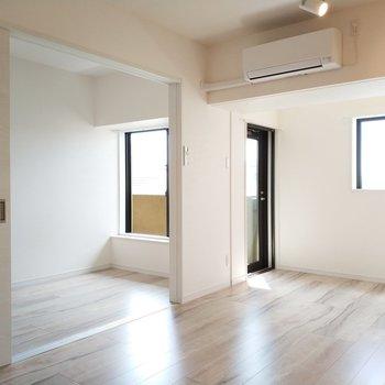 引き戸を開ければ広がりのある空間になります。※写真は9階の同間取り別部屋のものです
