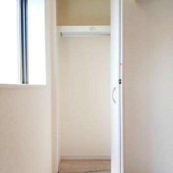 リビングのクローゼットはシュッとコンパクトに。※写真は9階の同間取り別部屋のものです