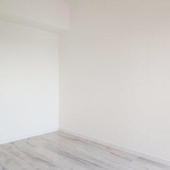 4帖なのでコンパクトな洋室。※写真は9階の同間取り別部屋のものです