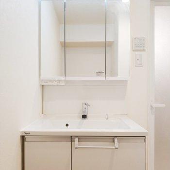 収納たっぷりでいつまでも清潔な洗面台。※写真は9階の同間取り別部屋のものです