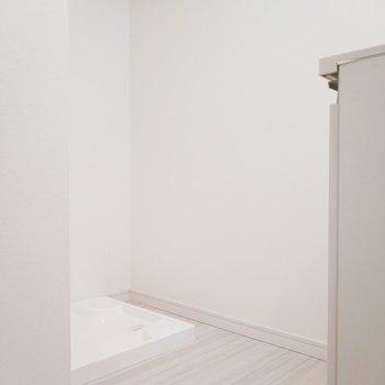 洗面台の後ろには洗濯パンが。※写真は9階の同間取り別部屋のものです