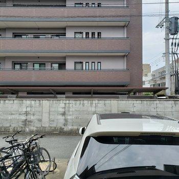 バルコニー側は駐車場になっています