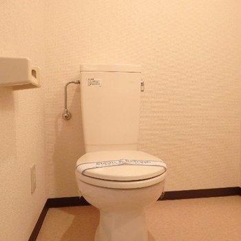 シンプルなトイレ。掃除もしやすそう。(※写真は5階の反転間取り別部屋のものです)